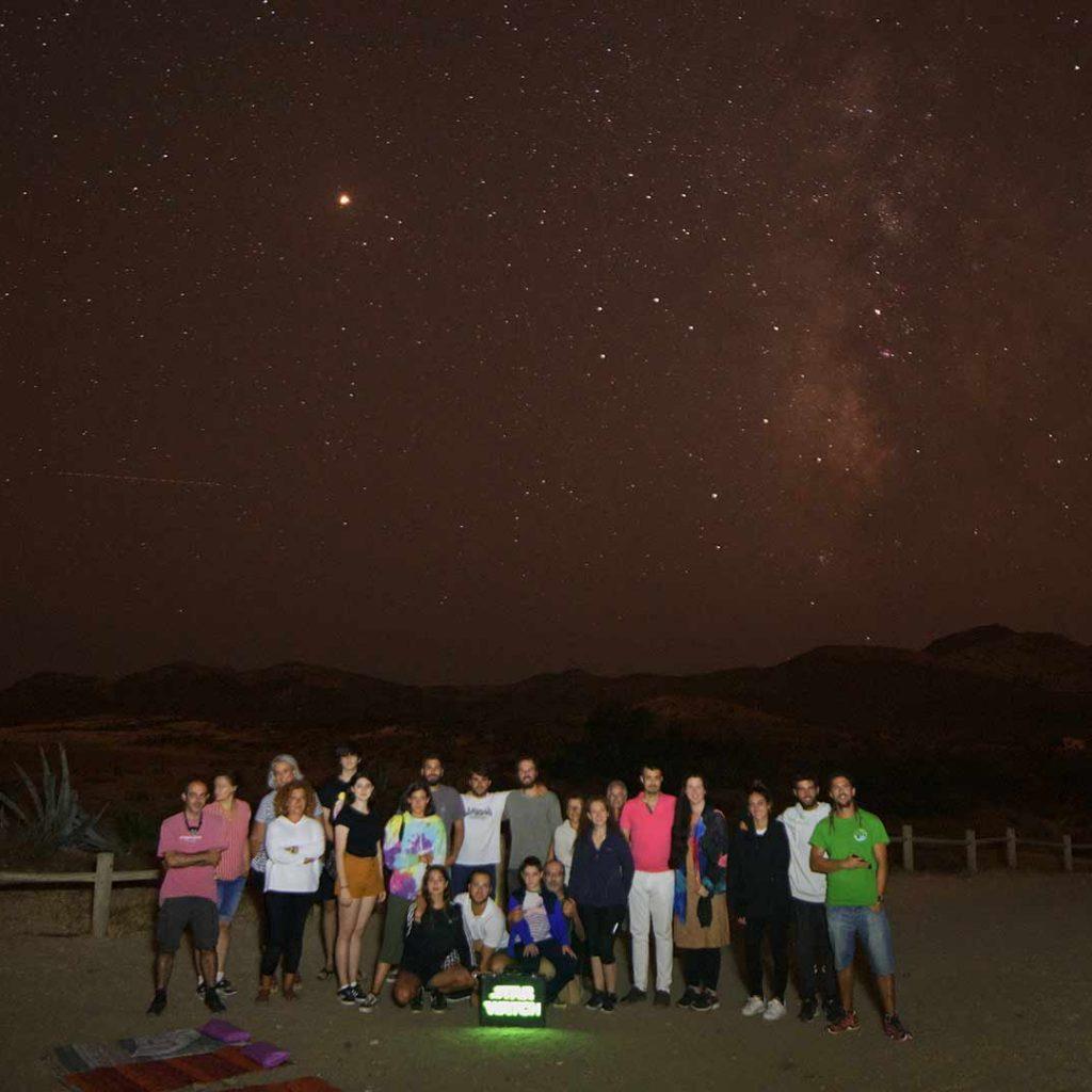 Grupo de senderismo nocturno