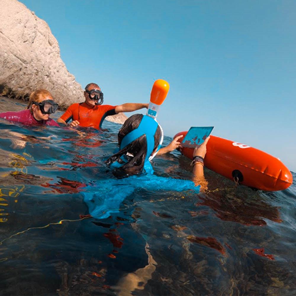 Familia realizando una excursion de snorkel en la playa de cabo de gata