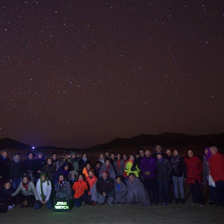 grupo-de-turistas-en-cabo-de-gata-viendo-estrellas