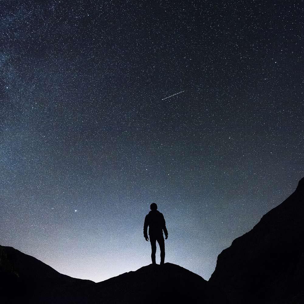 Hombre-mirando-a-las-estrellas-a-simple-vista